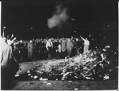Fogueira de livros na Alemanha Nazista, nos anos 30, empreendida por anticomunistas